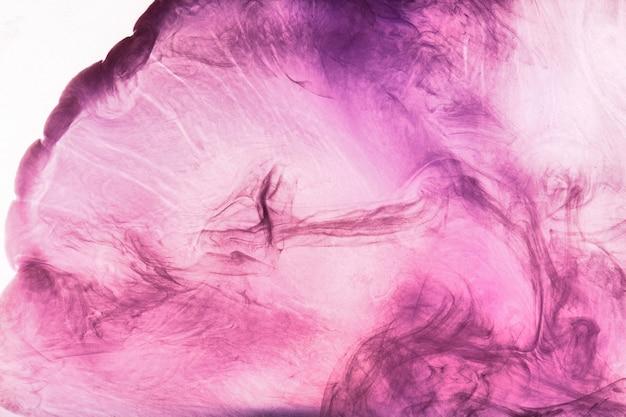 Абстрактное розовое фиолетовое облако дыма, краска в водном фоне. жидкие художественные обои, жидкие живые яркие цвета. концептуальный парфюм-афродизиак