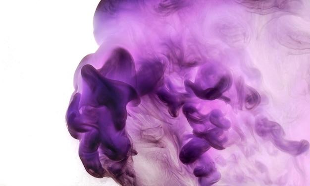 Абстрактное розовое фиолетовое облако дыма, краска на фоне воды