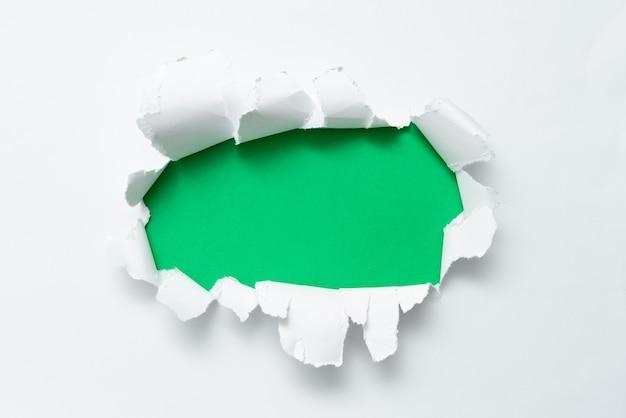Абстрактная обычная отрывная бумага, показывающая фон, представляющий собой плоский лист, представляющий другой фон контурная панель, демонстрирующая реальную историю сломанной заметки, раскрывающей позади