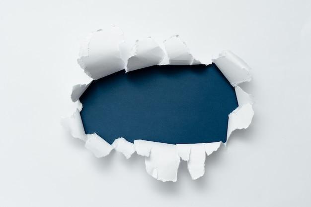 別の背景を提示する背景の概観フラットシートを示す抽象的な普通の涙紙実際の歴史を示すアウトラインパッド壊れたメモが後ろに現れる