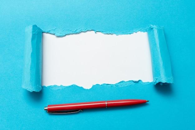 다른 배경 및 마커가 있는 실제 역사를 보여주는 연필 아웃라인 패드를 나타내는 펜 컨스펙스 플랫 시트가 있는 배경을 보여주는 추상 일반 찢어진 종이
