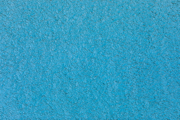 파란색 벽에 추상 석고 표면을 닫습니다.