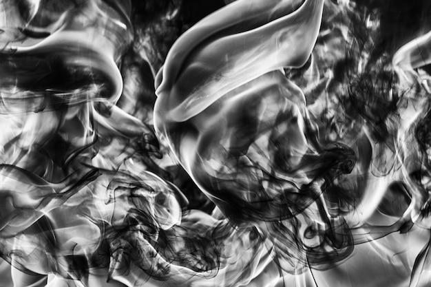 自然な黒い煙の抽象的なプルームと強い火の動きの白い巨大な炎が火の高さからぼやけます...