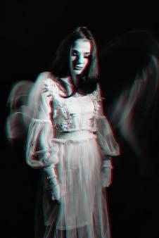 드레스에서 여자의 추상 초상화입니다. 3d 글리치 효과가있는 흑백 입체 사진