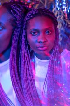 蒸気波スタイルのアフリカ系アメリカ人女性の抽象的な肖像画