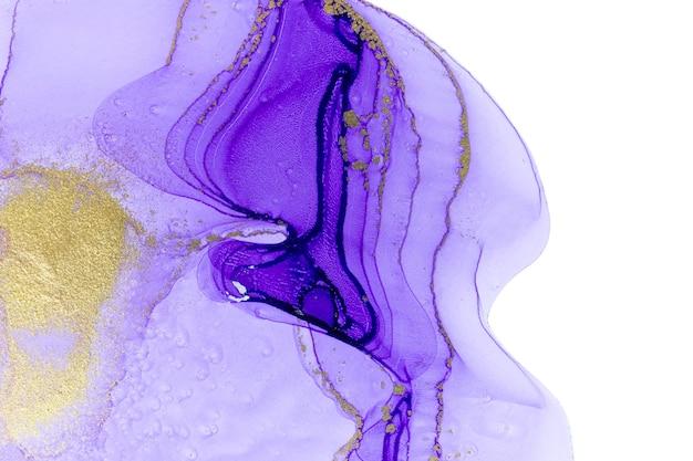 白い背景に抽象的な紫色の汚れバイオレットとゴールドのアクリルインクコピースペース