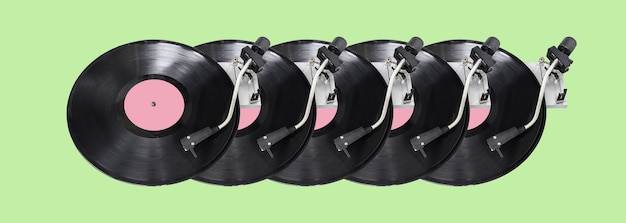緑の背景に分離された抽象的なレコードプレーヤーの部分。ディスクジョッキーターンテーブルとビニール。レトロな音楽のコンセプト。長く広いバナー。デザイン用のスペースをコピーします。