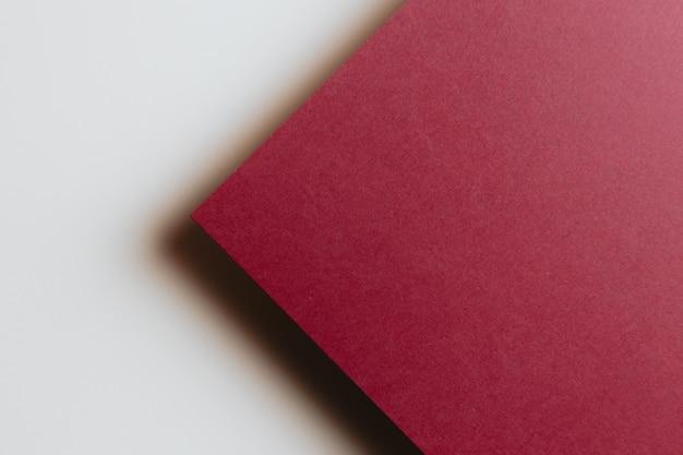 모양, 미니멀한 그림자, 복사 공간이 있는 추상 빨간색 및 흰색 및 노란색 용지 형상 구성 배경. 최소한의 기하학적 모양. 화려한 배경 개념