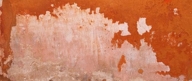 抽象的な背景が赤。古い壁のテクスチャ。漆喰の粗面。