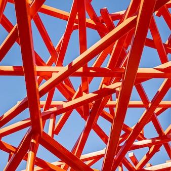 抽象的な赤い構造と青い空