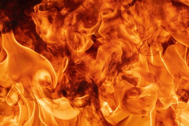 Текстура абстрактного красного огня естественная с пламенем. красивый опасный огненный шторм абстрактного фона. атмосферная дисперсия, расфокусировка (мягкий фокус), размытость изображения из-за огня, высокая температура из-за пламени.