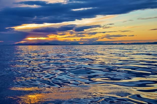 물 아드리아 해 몬테네그로 유럽에서 태양과 하늘의 추상 반사