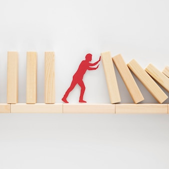 Абстрактное представление финансового кризиса с деревянными частями