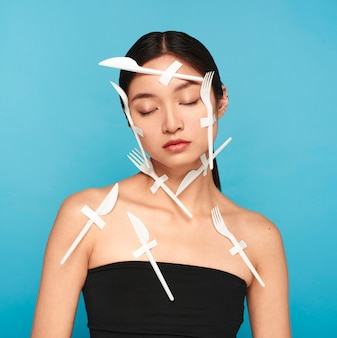 Rappresentazione astratta dei rifiuti di plastica sulla giovane donna