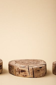 ベージュの背景に抽象的な丸い木製のプラットフォーム
