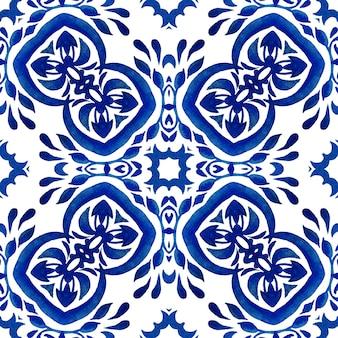 Абстрактный бесшовные орнаментальный образец акварельной краской. элегантная сине-белая португальская текстура для обоев, фонов и заливки страниц. сине-белая плитка азулежу