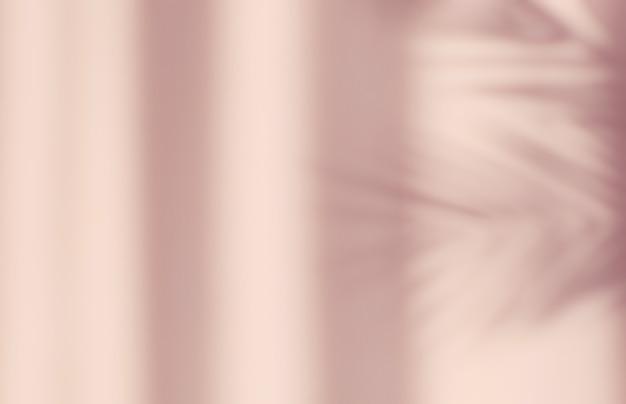 자연의 추상 실루엣 그림자 분홍색 배경 벽에 떨어지는 나뭇 가지 나뭇잎. 열대 잎 아침 태양 빛.