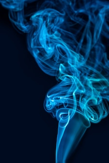 Абстрактное изображение дыма на черном фоне, таинственный эффект.