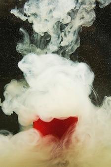 水の汚れで抽象的な煙。
