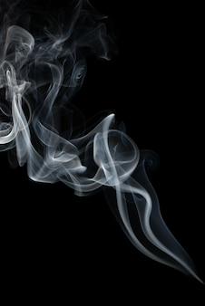 黒の背景に分離された抽象的な煙。
