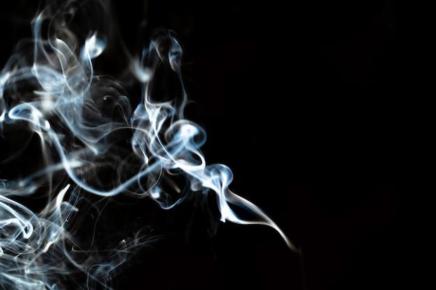 Абстрактные линии дыма с эффектом белого света на черном фоне