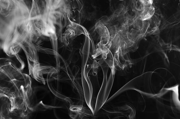 黒の背景に抽象的な煙