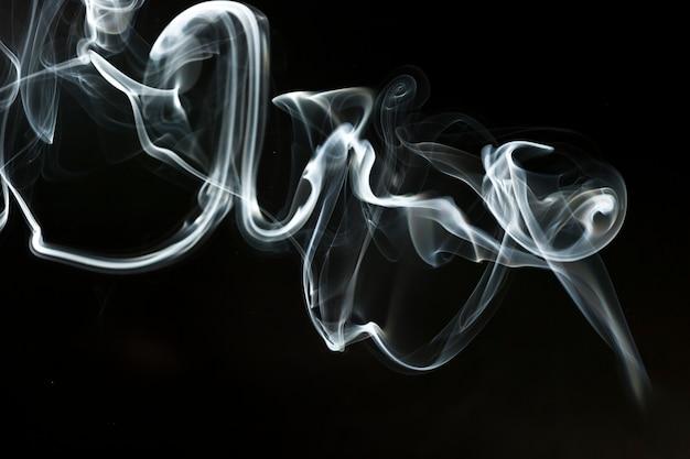 Forma astratta fumo su sfondo scuro