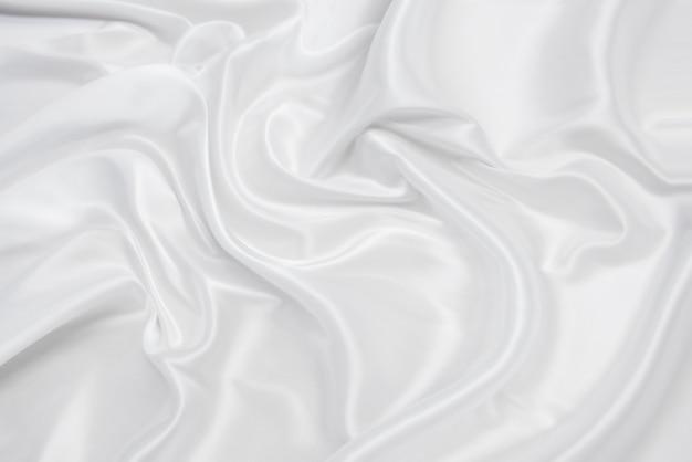 Абстрактная гладкая белая ткань шелковой или атласной текстуры