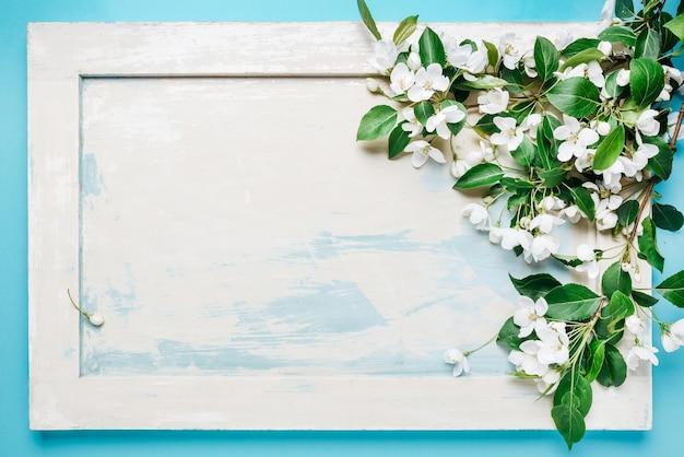 Абстрактный весенний фон ветка яблони на деревянном фоне в стиле ретро