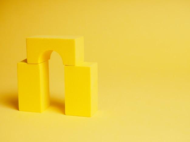 Абстрактные квадраты на желтом фоне