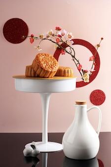 ピンクの背景、選択されたフォーカス、コピースペースの抽象的な静物中秋節スナック月餅