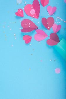 Абстрактная поверхность с paper hearts, синий бокал шампанского на день святого валентина