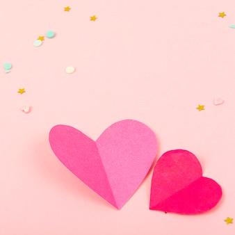 Абстрактная поверхность с бумажными сердечками, конфетти на день святого валентина