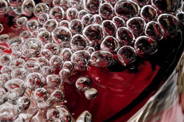 気泡と抽象的な甘い冷たいレモネードのクローズアップマクロ写真