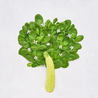 緑のほうれん草の葉とズッキーニの健康食品の食事と体重減少から作られた抽象的な木