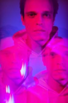 男の抽象的な蒸気波の肖像画