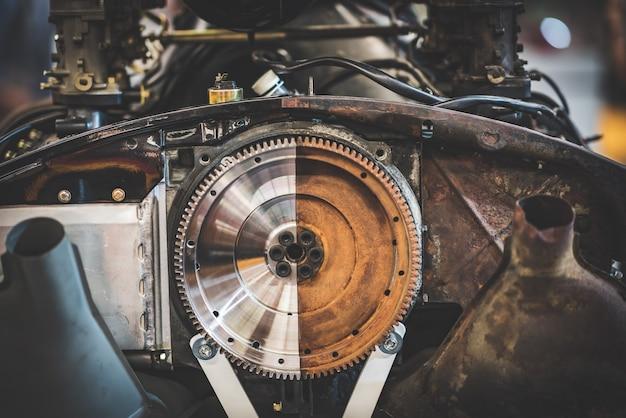 Абстрактный вид наполовину полированного и наполовину неотшлифованного автомобильного двигателя