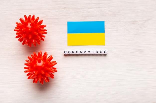 Абстрактный штамм вируса модели 2019-нков ближневосточного респираторного синдрома коронавируса или коронавируса covid-19 с текстом и флагом украины на белом фоне.