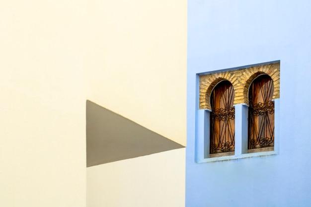 아랍어 창이 있는 추상 벽