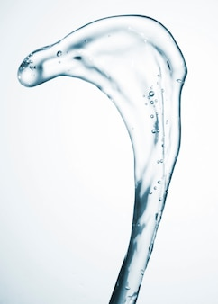 Moto astratto dell'acqua sul primo piano bianco del fondo