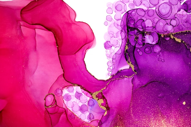 Абстрактная акварель розовый и фиолетовый градиентный узор с золотым блеском и текстурой капель.
