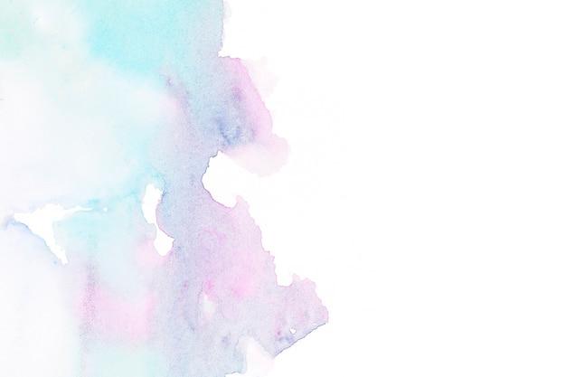 Абстрактное акварельное пятно на белой бумаге