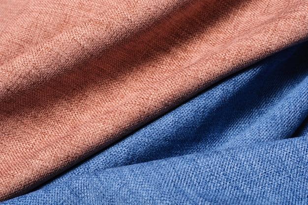 Абстрактные волны и изгибы текстурированной коричневой и синей ткани
