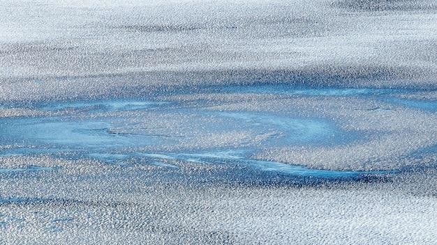 氷の上の雪のテクスチャと抽象的な冬の背景