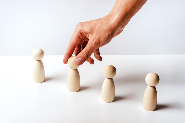 Абстрактные деревянные игрушечные фигурки стоят в ряд