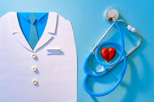 青い背景に医師と聴診器で抽象的な世界保健デーの概念。スペースをコピーします。健康管理。