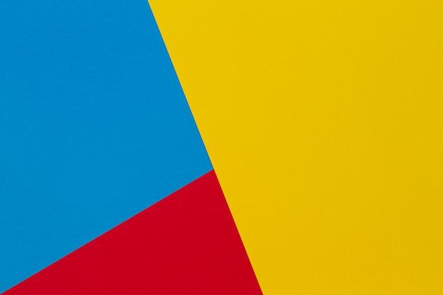 추상 노란색, 빨간색과 밝은 파란색 종이 형상 구성 배경