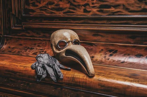 ピアノの鍵盤に横たわっている医者のベネチアンマスクの抽象化