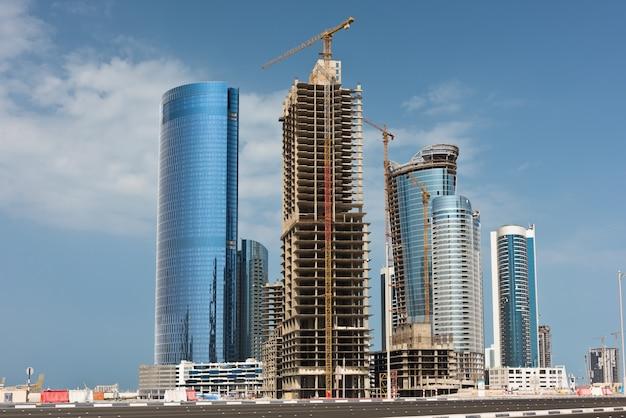 고층 빌딩 건설이 있는 아부다비 신구. 아랍 에미리트