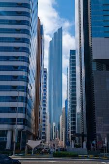 アブダビの高層ビルの眺め、アラブ首長国連邦。背の高いガラスの建物があるアブダビの魔法の通り。